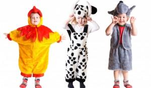 3 små børn i fastelavnskostumer