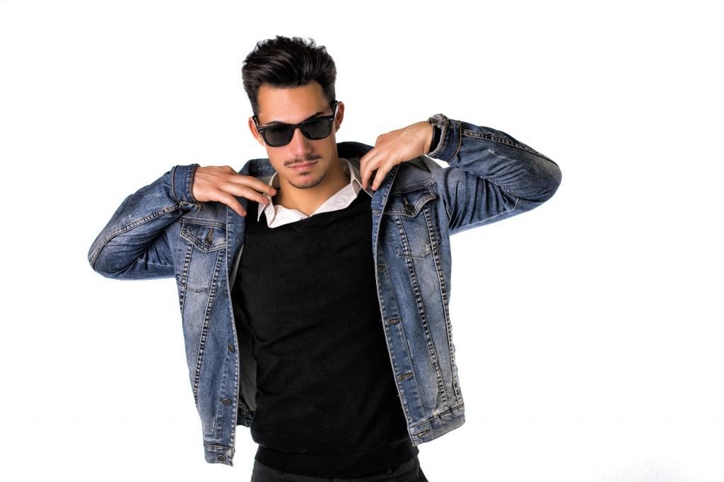 Mandlig model i sort trøje solbriller og cowboyjakke - denim jakke