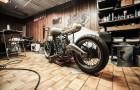 Super fed vintage motorcykel på værksted