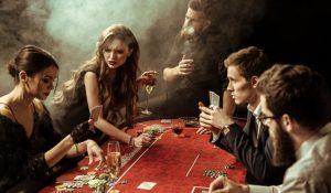 fem-venner-spiller-poker-i-et-stemningsfyldt-tilroeget-lokale