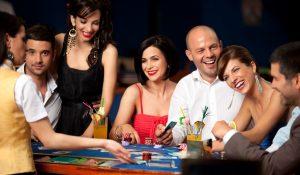 glade festklædte mennesker spiller blackjack på casino