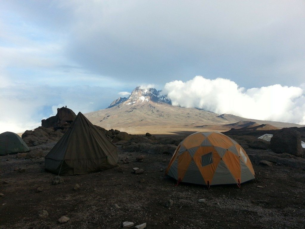 to-telte-slaaet-op-med-kilimanjaro-som-baggrund